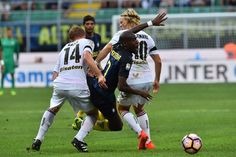 """Inter Milan's midfielder from France Geoffrey Kondogbia (C) fights for the ball with Palermo's midfielder from Sweden Oscar Hiljemark (R) and Palermo's midfielder from Italy Alessandro Gazzi during the Italian Serie A football match Inter Milan vs Palermo  at """"San Siro"""" Stadium in Milan on August 28, 2016.  / AFP / GIUSEPPE CACACE"""
