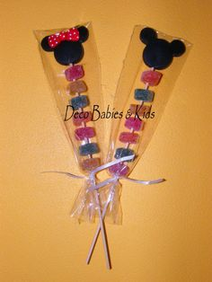 Palitos de brochettes con gomitas dulces decorados con la silueta de las cabecitas de Mickey y Minnie Mouse.  Una nueva opción económica de ... Theme Mickey, Minnie Mouse Theme Party, Fiesta Mickey Mouse, Mickey Mouse First Birthday, Mickey Mouse Clubhouse Birthday Party, Baby Mickey Mouse, Mickey Party, Mickey Minnie Mouse, Mouse Parties