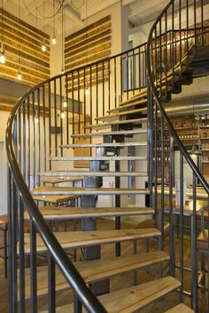 Stoere wenteltrap in Het Bier Lokaal naar de eerste verdieping van De Roskam