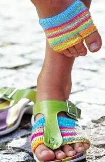 Crochet Patterns Wear For you Marcia Eller Flip-Flop Socks Crochet Slippers, Knit Or Crochet, Loom Knitting, Knitting Socks, Knit Socks, Knitting Projects, Crochet Projects, Knitting Patterns, Crochet Patterns