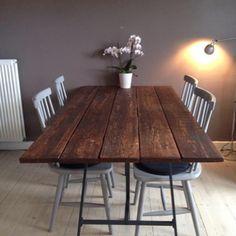 Bordet på sin rette plads hjemme hos Karoline Andersen. Det ser godt ud må jeg sige #moodi_furniture #moodi #borde #spisebord #plankebord #detydre #byzille #indretning #møbler #interiør #jernogtræ #rustik #industrielt #rå #råt #træ #træmøbler #bolig #wood #woodtable #rum_id #furniture #boligindretning #homedecor #scandinavian #scandinaviandesign #interiordesign #patina #bordplade