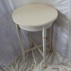 Gammelt Cafebord malet i Old White og lakeret med Annie Sloan´s lak. Her har jeg valgt at lakeret bordet, da jeg forventer at det bedre kan holde til større slidtage i dets liv.
