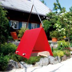 #design3000 Alles, was das Piepmatz-Herz begehrt findet sich ab sofort unter roten Dächern – mit dem eleganten Vogelfutterhaus, das nicht nur Amsel, Fink und Co. glücklich macht, sondern auch Sie!