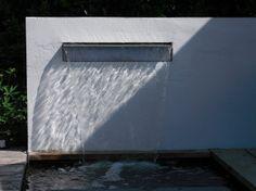 Moderne tuin met waterval. Relaxen, ontspannen en genieten bij het geluid van stromend water