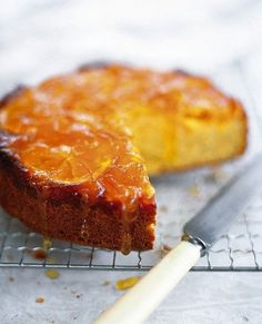 The flavor of caramelized oranges surprises and delights in this recipe for honey cake. The flavor of caramelized oranges surprises and delights in this recipe for honey cake. Just Desserts, Dessert Recipes, Party Recipes, Healthy Baking, Eat Healthy, Healthy Treats, Healthy Desserts, Baking With Honey, Gula