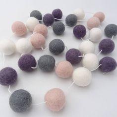 Guirlande en boule de laine feutrée/rose gris mauve blanc/guirlande pompons/décoration chambre d'enfant/déco enfant moderne/chambre de bébé