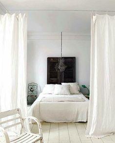 magnifique chambre à coucher s]eparée avec un rideau de séparation de couleur blanc