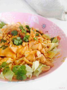 ⭐️ Kylling i cremet peanutbutter med spidskål. Server evt også med ris, bananstykker og rosiner