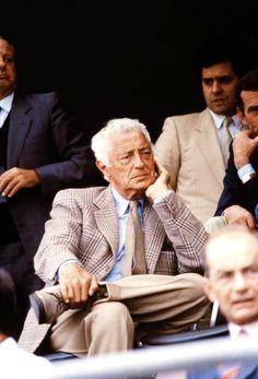 Gianni Agnelli brown on brown on brown; dark brown Prince of Wales sportcoat, tweed tie, taupe trousers