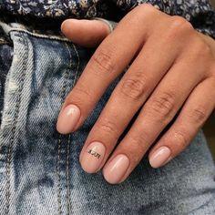 Dies sind die heißesten neuen Nageldesigns, die Sie für Ihr nächstes Mani ausprobieren können - Today Pin Estos son los diseños de uñas nuevos más populares que puedes probar para tu próximo mani - - Hair And Nails, My Nails, Nagellack Trends, Nail Polish, New Nail Designs, Minimalist Nails, Nagel Gel, Nude Nails, Coffin Nails