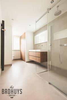 Badkamer met warme uitstraling en ruime inbouwkast   Het Badhuys