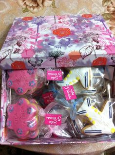 Gift Wrapping, Gifts, Paper Wrapping, Presents, Wrapping Gifts, Gifs, Gift Packaging, Favors, Wrap Gifts