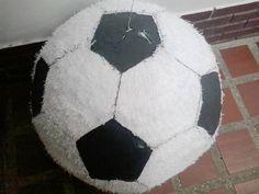 Como hacer una piñata redonda para ese pequeño fanático de los deportes y hacer que su fiesta de cumpleaños sea inolvidable.