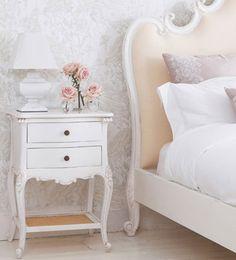 Grandes románticos   Ventas en WestwingEL TOQUE FRANCÉS  Los muebles en madera natural,  en tonos claros y de inspiración  francesa protagonizan la decoración romántica.