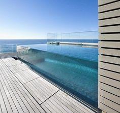 piscina com borda de vidro