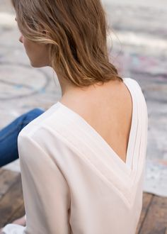V neck in the back! By Sezane Couture Details, Couture Tops, Look Fashion, Fashion Details, Fashion Trends, Latest Fashion, Mode Top, Mode Inspiration, Parisian Style