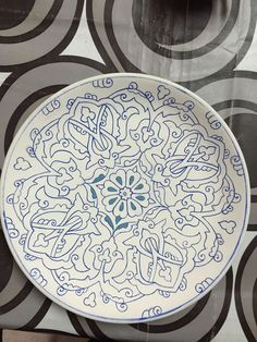 How to Decorate Ceramic Tiles Pottery Painting, Ceramic Painting, China Painting, Stone Painting, Ceramic Clay, Pottery Plates, Glazes For Pottery, Islamic Art Pattern, Pattern Art