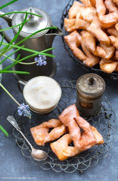 Drożdżowe faworki - przepis Fresh Rolls, New Recipes, Carrots, Vegetables, Cooking, Ethnic Recipes, Food, Polish Recipes, Backen