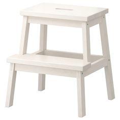 IKEA - BEKVÄM, Tritthocker, weiß, Massivholz ist ein strapazierfähiges Naturmaterial. Grifföffnung in der obersten Stufe - so lässt sich der Tritthocker einfach transportieren. Für erhöhte Stabilität die Schrauben etwa 2 Wochen nach der Montage und bei Bedarf erneut anziehen.