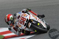 58 images to remember Marco Simoncelli's short-lived but vivid career in MotoGP - Visordown is the world's fastest growing motorcycle website with all t. Motorcycle Racers, Moto Bike, Valentino Rossi, F1 Racing, Road Racing, Grand Prix, Mountain Bike Shoes, Bmx Bikes, Super Bikes