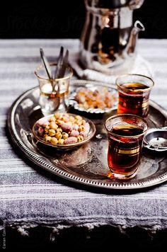 turkish tea (çay), nibbles and sugar on a tray…by Canan Czemmel - Getränke Coffee Time, Tea Time, Arabic Tea, Turkish Tea, Tea And Books, Turkish Recipes, Tea Recipes, High Tea, Drinking Tea
