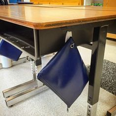 Stick Command hooks to the sides of desks and use them to hang supplies. 35 Cheap And Ingenious Ways To Have The Best Classroom Ever. Classroom Desk, Classroom Hacks, 3rd Grade Classroom, Classroom Organisation, Teacher Organization, Teacher Tools, Future Classroom, School Classroom, Classroom Management