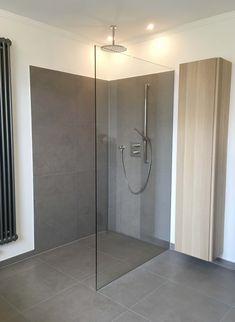 Shower at ground level Gray tiles Glass partition Rainshower - Badezimmer - Haus Design Neutral Bathroom Tile, Small Bathroom, Bathroom Interior Design, Interior Design Living Room, Glass Partition, Condo Decorating, Grey Tiles, Rain Shower, Bathroom Inspiration