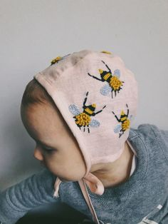 Pink bonnet with embroidered bees - The most beautiful children's fashion products Diy Bebe, Baby Bonnets, Little People, Kind Mode, Future Baby, Baby Hats, Cute Kids, Kids Fashion, Swag Fashion