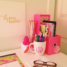 25 Preppy Dorm Rooms To Copy Decorating your dorm room is probably one of the most exciting aspects of moving … Preppy Desk, Preppy Dorm Room, Preppy Bedroom, Preppy College, College Football, Room Decor For Teen Girls, Desk Inspiration, Cool Apartments, College Apartments