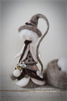 Petite statuette fée en laine cardée feutrée nuance nature : Accessoires de maison par les-vendredis-de-nath