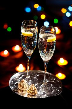 New Year's Eve is right around the corner! Here are easy and fun ideas to throw a fab New Year's Eve party at your place! New Years Eve Day, New Years Party, New Year's Eve Celebrations, New Year Celebration, Nye Party, Party Time, Christmas And New Year, Winter Christmas, Christmas Ideas
