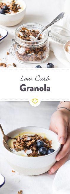 Als Knuspermüsli machen Nüsse, verschiedene Samen, Kokosraspeln und Mandelmus dein Low-Carb-Frühstück zu einem leckeren Start in den Tag.