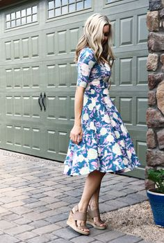 You can't not twirl in the LuLaRoe Nicole dress! Click to shop LuLaRoe and for more styling ideas and giveaways.