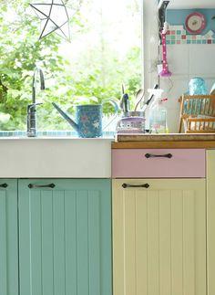 Keittiön kaapinovet ja posliiniallas ovat Ikeasta. Karin maalasi ovet hulvattomasti eri pastellivärein.