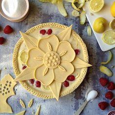 Pie crust designs, kinds of pie, hampton court, pie cake, cookie pie Creative Pie Crust, Beautiful Pie Crusts, Pie Crust Designs, Pie Decoration, Pies Art, Kinds Of Pie, Pie Tops, Pie Crust Recipes, Sweet Pie