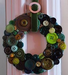 Button wreath tutorial with Mother's old buttons Diy Buttons, How To Make Buttons, Vintage Buttons, Wreath Crafts, Diy Wreath, Diy Crafts, Wreath Ideas, Small Wreath, Button Art