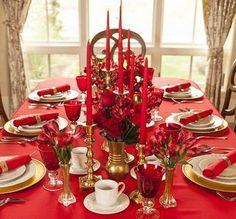 Une déco de table rouge et or avec de beaux volumes