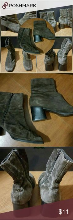"""FANFARE WOMEN'S SIZE 8.5 (2"""") LEATHER BOOTIES FANFARE WOMEN'S SIZE 8.5 (2"""") LEATHER BOOTIES  This is a good condition pair of shoes from FANFARES. They are a women's size 8.5. These are a dark brown leather upper and feature a 2"""" heel. They are pre-owned and some signs of use should be expected. Shoes Ankle Boots & Booties"""