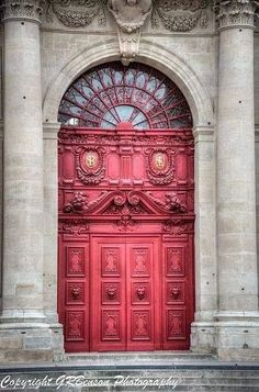 Em França.  What a beautiful door!  I love that it's pink!