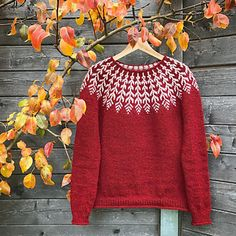 A top-down Icelandic-inspired stranded yoke sweater. This pullover is labored seamlessly from the highest down, beginning with a easy rolled neckline. The yoke is knit in stranded shade work, then quick row shaping is Fair Isle Knitting Patterns, Sweater Knitting Patterns, Knitting Designs, Knit Patterns, Icelandic Sweaters, Feather Pattern, Mode Inspiration, Ravelry, Knitwear