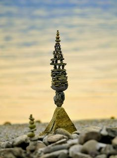 Aus über hundert Steine by paul.volker, via Flickr Land Art, Stone Balancing, Environmental Sculpture, Ephemeral Art, Balance Art, Rock Sculpture, Kiesel, Rock Design, Outdoor Art
