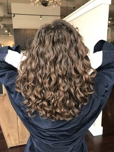 hair motivation wavy hair The Effective Pictures We Offer You About wav Messy Hairstyles, Pretty Hairstyles, Natural Wavy Hairstyles, Medium Permed Hairstyles, Long Curly Haircuts, Layered Hairstyle, Bride Hairstyles, Curly Hair Styles, Natural Hair Styles