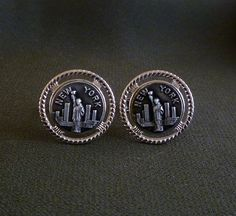 Vintage cufflinks New York City Statue of Liberty. Elegant silver tone round men�s cufflinks featuring a New York City skyline with the Statue of Liberty in the forefront.Measurements:2.2 cm (.87 inch)Condition:  Excellent