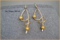 Boucles d'oreilles spirales doré en fil aluminium et perles magiques jaune orangé : Boucles d'oreille par echappee-belle