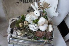 Eine zauberhaft schöne Osterdeko.... In einer antiken Söhnl eKüchenwaage sitzt ein wunderschöner Hase und wachtn über das Ei im Nest... Es finden sich Wachteleier, Reben, Allerlei aus der...