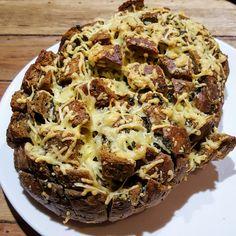 Dit borrelbrood is heel erg simpel te maken en is erg lekker als hapje bij de borrel of als bijgerecht bij een kopje soep.