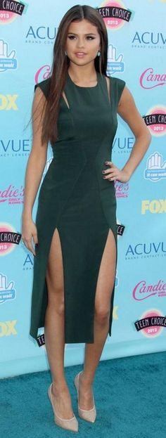 Selena Gomez is making us green with envy in this cutout look from the Teen Choice Awards Selena Gomez Fotos, Selena Gomez Style, Selena Gomez Red Carpet, Selena Gomez Dress, Outfits Fiesta, Marie Gomez, Red Carpet Looks, Woman Crush, Beautiful Dresses