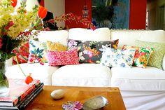 Vit soffa med färgglada kuddar. Sköna hem