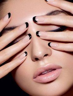 Haga una declaración con esta punta del clavo francés!  Recubierto con esmalte desnudo como base, las uñas son entonces perfectamente punta con esmalte de uñas negro haciendo la punta francés más visible que nunca.
