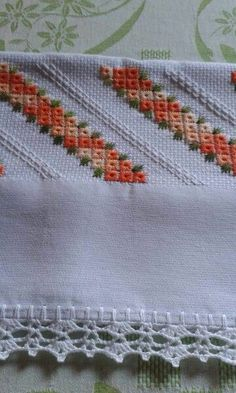 Discover thousands of images about Casabella Artesanato: toalhas no ponto ilhos Mais This Pin was discovered by Car Blackwork Embroidery, Hand Embroidery Stitches, Ribbon Embroidery, Cross Stitch Embroidery, Embroidery Patterns, Cross Stitch Borders, Cross Stitch Designs, Cross Stitch Patterns, Picot Crochet